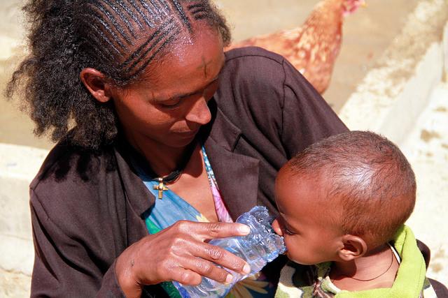 Sindayo Tesfaye benefits from Woreda Kilte Tsaed Awlaleo Health post giving water for her son. ©UNICEF Ethiopia/2014/Tesfaye via Flickr.